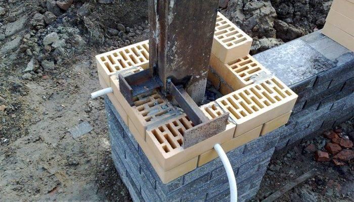 Глубина фундамента под забор с кирпичными столбами