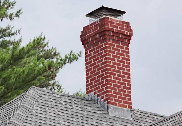 Печная труба на крыше из кирпича