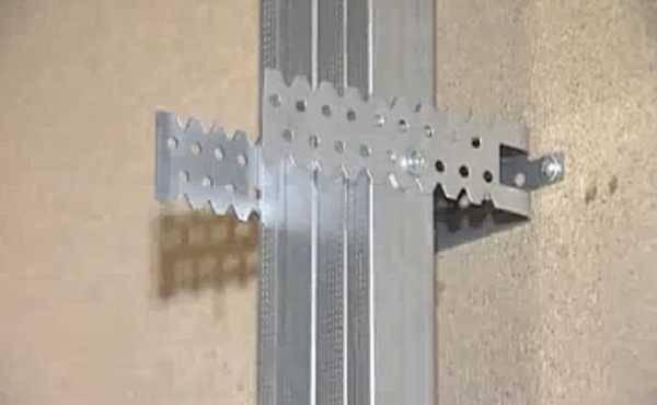 Как деревянный брусок прикрепить к бетонной стене