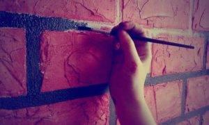 Как покрасить кирпичную стену на улице