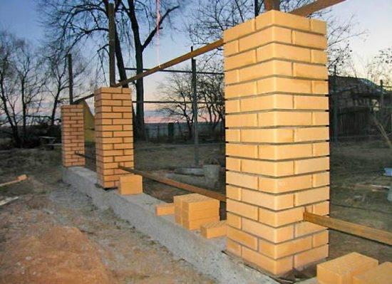 Строительство заборов из кирпича